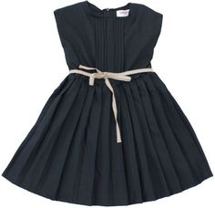 Maan - zwarte jurk - De eenvoud en de pure stijl van deze jurk vinden wij gewoonweg het einde. De little black dress voor jonge meisjes. Mouwloze jurk met fijne plooitjes op het voorpand en gewone plooien op de rok. Het poederbeige lintje in de taille zorgt voor een extra stijlvol accent. Rits achteraan. 44% wol/53% polyester/3% elastan.