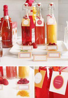 Puedes etiquetar las bebidas utilizando papel y cinta, para darle un toque divertido a tu mesa de bebidas.