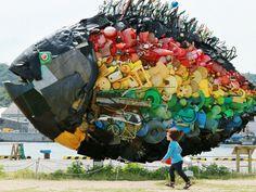 Zondag 19 mei: Bij de haven van Uno in Japan staan kunstwerken gemaakt van aangespoelde voorwerpen.