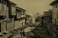 BURSA-Tophane dediğimz mevkii.Sokağın sonunda görnen yaplar Osman ve Orhan Gazi türbelerdir