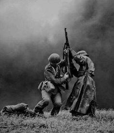 """""""A vida e a morte em uma única imagem Só restaria saber quem seria escolhido para continuar avançando no campo de batalha . Alemão vs polonês,1939."""" #vikin"""