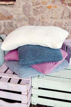 Helppotekoisten tyynyjen neulominen onnistuu vasta-alkajaltakin! Tyynyn sivussa on vetoketju, tyynyjen päällipuolet on neulottu ainaoikein -neuleisina kaksinkertaisella langalla. Blanket, Crochet, Diy, Home, Bricolage, Ad Home, Ganchillo, Do It Yourself, Blankets