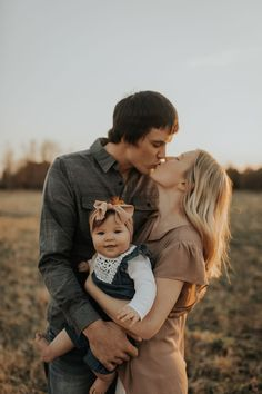 love this sweet young family photo Young Family Photos, Spring Family Pictures, Summer Family Pictures, Family Photos With Baby, Family Pics, Couple With Baby, Family Christmas Pictures, Extended Family Photography, Outdoor Family Photography