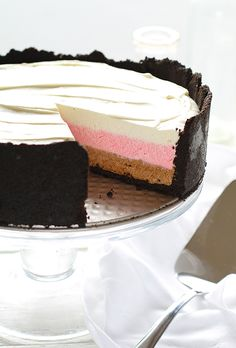 Super easy but beautiful dessert: Neapolitan Cheesecake! Vanilla, strawberry and chocolate no-bake cheesecake! No Bake Desserts, Just Desserts, Dessert Recipes, Frozen Desserts, Recipes Dinner, Restaurant Recipes, Yummy Treats, Sweet Treats, Yummy Food