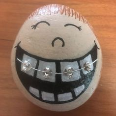 These are the absolute most adorable painted rocks! If you love the painted rock trend and are making hide and seek rocks you are going to love these fun ideas.How cute is this painted rock with braces.Paint stones 🎀 (without instructions) · ☆ Pebble Painting, Pebble Art, Stone Painting, Rock Painting Ideas Easy, Rock Painting Designs, Stone Crafts, Rock Crafts, Stone Drawing, Easter Egg Crafts