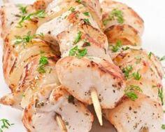 Brochettes de poulet marinées au curry et lait de coco