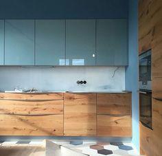Very modern minimalist kitchen. Surprised I like it Very modern minimalist kitchen. Kitchen Room Design, Kitchen Cabinet Design, Modern Kitchen Design, Home Decor Kitchen, Interior Design Kitchen, Home Kitchens, Loft Interior, Small Apartment Kitchen, Minimalist Kitchen