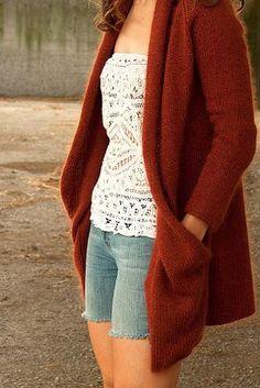un abrigo... que parece el molde de una capa con mangas, al que le armaron los bolsillos girando las puntas hacia atras. Muy lindo!