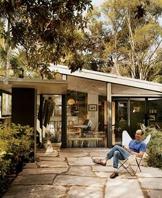 PAVING Unabashedly modern California house designed by A. One of the most distinctive themes of mid-century modern homes is the concept of inside/outside living. This is one of the appealing aspects of living in a mid-century modern home Midcentury Modern, Modern Interior, Modern Patio, Design Exterior, Roof Design, Patio Design, California Homes, California Style, Mid Century House