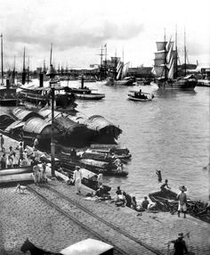 A busy Pasig Riverbank, Manila with Cascos and Galleon Type ships and small ferries and boats over the river. Philippines Culture, Manila Philippines, Philippines Travel, Filipino Culture, Chinese Culture, Philippine Holidays, Historical Pictures, Historical Fiction, Over The River