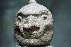 Testa antropomorfa (Cabeza clava). Teste di pietra che ornavano i muri perimetrali dei templi chavin.  Cultura Chavin. Regione di Ancash (Perù).