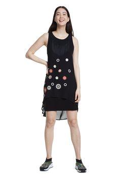 Zajímavé černé boho šaty od španělské značky Desigual jsou vhodné jak na denní nošení, tak na jakoukoliv letní společenskou událost. Perfektní rafinovaný střih, bez rukávů, třásně v dekoltu, nášivky květin, velmi příjemný spodní materiál je 95% viskóza, 4% polyamid, 1% elastan a vrchní lehký materiál je 100% polyester, délka po kolena. Apron, Vintage, Products, Fashion, See Through, Hemline, Bangs, Black Gowns, Tulle