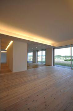 NKZT-house: 門一級建築士事務所が手掛けたリビングです。 Hardwood Floors, Flooring, Wood Floor Tiles, Wood Flooring, Floor