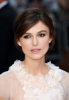 Keira Knightley sports a romantic makeup look Wearing Chanel Rouge Allure in Evanescente Lipstick for the London Premiere of Anna Karenina. Bridal Makeup For Brunettes, Soft Bridal Makeup, Romantic Makeup, Natural Wedding Makeup, Wedding Hair And Makeup, Bridal Hair, Hair Makeup, Eye Makeup, Natural Makeup