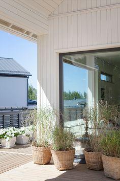 Vit fasad, grå fönster