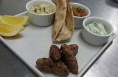 Salsichas Gregas com molhos homus bi tahine; pepino e iogurte; salada morna de berinjela.