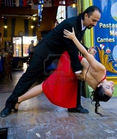 Tango Argentin - Buenos Aires - couple dancing in the street