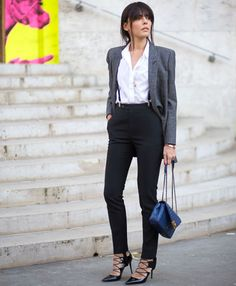look de trabalho super estiloso: calça cigarrete preta, scarpin, suspensório, camisa, blazer e bolsa azul.