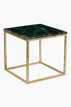 """Sofabord/sidebord med bordplade af marmor og stel af metal. Str. 50x50 cm. Højde 53 cm. Da marmor er et naturmateriale er det normalt at små afvigelser i størrelse, farve og struktur forekommer. Fragtvægt 21 kg.<br><br>Læs om Fragtvægt under fanen """"Levering"""".<br><br>Vedligeholdelse af marmor<br><br>For at give stenen grundbeskyttelse anbefales marmorpolish, som du finder i velassorterede butikker. Stryg på i et tyndt lag. Lad tørre i nogle minutter. Polér efter med en tør klud. Dette bør…"""