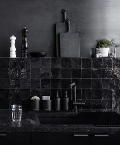 Azujelo marroquino Zellige é tendência de decoração! A cozinha do estúdio da designer de interiores Nicole Hollis abusa dos tons de preto. Além dos revestimentos, a cor também é usada nos metais e objetos de decoração. (Foto: reprodução)