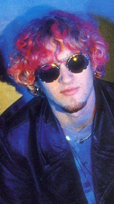 I love his pink hair 📷 Pete Cronin Scott Weiland, Chester Bennington, Kurt Cobain, Mad Season, Grunge Guys, Layne Staley, Alice In Chains, Auburn Hair, Rock Style