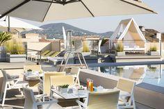 Hotel de Paris Saint-Tropez is a luxury design hotel in the heart of the village. Hotel de Paris Saint-Tropez offers chic rooms & suites, restaurants & a spa. Saint Tropez, Seaside Restaurant, Restaurant Design, Hotel Geneve, Double Bed Canopy, Architecture Classique, Hotel Boutique, Paris Match, Lounge