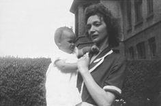 Julia Lennon with baby Jacqui Dykins Sean Lennon, Imagine John Lennon, John Lennon Beatles, The Beatles 1, Beatles Band, The Half Sisters, Young John, Family Images, Step Kids