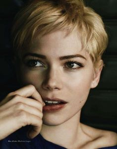 """Michelle Williams """"I cut it for the only straight man that has ever liked short hair and I wear it in memoriam of someone who really loved it."""" Michelle Williams talking about her pixie cut and Heath Ledger. Michelle Williams Pixie, Michele Williams, Pixie Hairstyles, Cool Hairstyles, Pixie Haircuts, Corte Pixie, Great Hair, Famous Faces, Hair Today"""