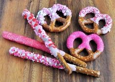 Kid Friendly Dipped and Decorated Pretzels for Valentine's Day.Gather your favorite pretzel snacks. The large pretzel rods and twists work well for this sweet project but you can definitely dip the small sticks and twists too for a mini treat. Valentines Day Chocolates, Valentines Day Treats, Holiday Treats, Holiday Recipes, Kids Valentines, Homemade Valentines, Chocolate Covered Pretzel Rods, Pretzel Dip, Dipped Pretzels