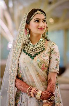 From Bollywood celebrities to fashion shows, from bold brows to goth lipsticks, discover the latest Indian makeup trends for brides and wedding guests! jewelry indian Indian Makeup & Bridal Beauty Trends Get a Bold Update Indian Bridal Outfits, Indian Bridal Makeup, Indian Bridal Fashion, Indian Bridal Wear, Indian Wedding Jewelry, Indian Bridal Lehenga, Indian Dresses, Wedding Makeup, Indian Weddings