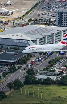 British Airways landing at London Heathrow. Commercial Plane, Commercial Aircraft, Airplane Drone, Airplane Travel, International Civil Aviation Organization, Airbus A380, Boeing 777, London Airports, Airplane Photography