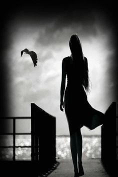 mujer ave blanco y negro gif