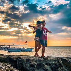 Mit dir die Welt  bereisen und frei sein  : Dieses Foto erinnert vielleicht etwas an eine Szene aus Titanic   : Einfach mal die Arme ausstrecken und die Meeresluft einatmen den Sonnenuntergang genießen und den Fischern beim fischen zusehen...   : ...das sind Momente der Ruhe und wenn man diese so wie wir gemeinsam erleben kann ist es umso schöner! : Auf unserer Reise durchleben wir viele verschiedene Phasen. Wenn dann ein Sonnenuntergang unsere Gedanken ruhen lässt und wir einfach nur wir… Titanic, Instagram Accounts, Pictures, Sunset, Scene, Thoughts, World, Viajes, Nice Asses