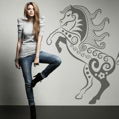 Vinilo decorativo con la ifugra de un caballo, pruébalo en tu pared y dale un toque sofisticado. Masquevinilo.com
