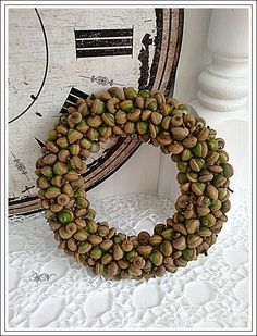 Nice for Fall Acorn Wreath, Burlap Wreath, Autumn Crafts, Nature Crafts, Acorn Crafts, How To Make Wreaths, Christmas Inspiration, Door Wreaths, Flower Decorations