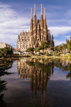 Ouvre inachevée de Gaudi, ce chantier titanesque _ A Sagrada Familia Barcelona szimbóluma. Ez a gigantikus projekt, Gaudi befejezetlen munkája Places Around The World, Travel Around The World, Around The Worlds, Places To Travel, Places To See, Wonderful Places, Beautiful Places, Antoni Gaudi, Barcelona Travel