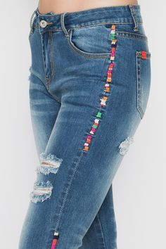 Ethnic Fashion, Denim Fashion, Boho Fashion, Womens Fashion, Embellished Jeans, Embroidered Jeans, Denim Ideas, Painted Clothes, Patched Jeans