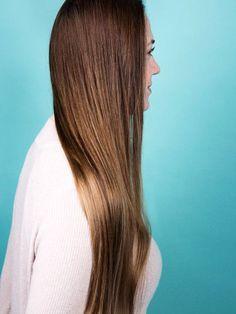 Ihr wollt schöne, glatte Haare aber bitte ohne Glätteisen? Gar kein Problem. Wir zeigen euch, wie ihr sie auch ohne Hitze oder Chemie richtig glatt bekommt.