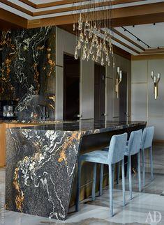 Фрагмент кухни. Кухонный остров с барной стойкой из бразильского гранита сделан на заказ. Этим же камнем отделан кухонный фартук. Люстра, Ochre.