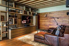 Covadonga Hernández ha creado un refugio colmado de buenos materiales y extraordinarios detalles que consiguen una estancia cálida en esta residencia. Mini House, House Design, House, Tv Furniture, Home Tv, Interior, Tiny Spaces, Family Room, Home Decor