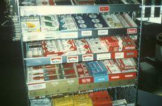 Butikkinteriør. Hyller med tobakk