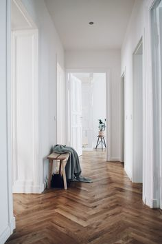 Berlin Altbau styling example by Interior stylists Salty Interiors Altbau Interior The post Berlin Altbau styling example by Interior stylists Salty Interiors appeared first on Arbeitszimmer Diy. Interior Design Basics, Interior Stylist, Berlin Apartment, Interior Garden, Beautiful Living Rooms, Model Homes, Home Staging, Interior Inspiration, Home Remodeling