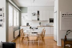 Kaunis vihreä väri korostaa tämän keittiön valkoisia kaappeja ja tuo kodikkuutta tilaan. #keittiö #keittiöideoita #sisustus #sisustusinspiraatio #ruokaryhmä #ruokailuryhmä #keittiönpöytä