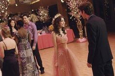geek charming Geek Charming is my favorite Disney Channel movie. I think its one of the best things shown on that channel in quite some time. This dress worn by Sarah Hyland is so beautiful and unique. It actually looks like it might be vintage! Champagne Homecoming Dresses, Cute Homecoming Dresses, Bridesmaid Dresses, Prom Dresses, Wedding Dresses, Geek Charming, Disney Channel Movies, Disney Movies, Sarah Hyland