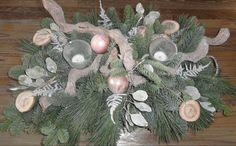Kerststukje met groen, takken, asperages, eucalyptus, en houten schijfjes met stempels en natuurlijk kerstballen en theelichtjes!