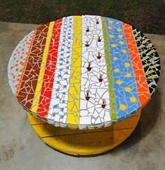 Carretal vira mesa com acabamento em mosaico
