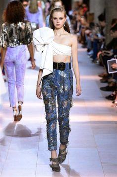 Alla Milano Fashion Week, tornano in passerella gli anni Ottanta: Roberto Cavalli riscopre il denim e il casual, capisaldi della maison.