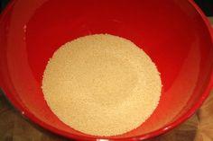 Kuszkusz elkészítése: öntsd hőálló tálba a száraz kuszkuszt