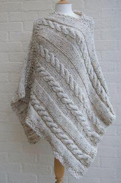Chunky knit avena Poncho / Poncho de las mujeres por StripesnCables