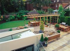 A private garden in West Hampstead, London : Eclectic style garden by Bowles & Wyer